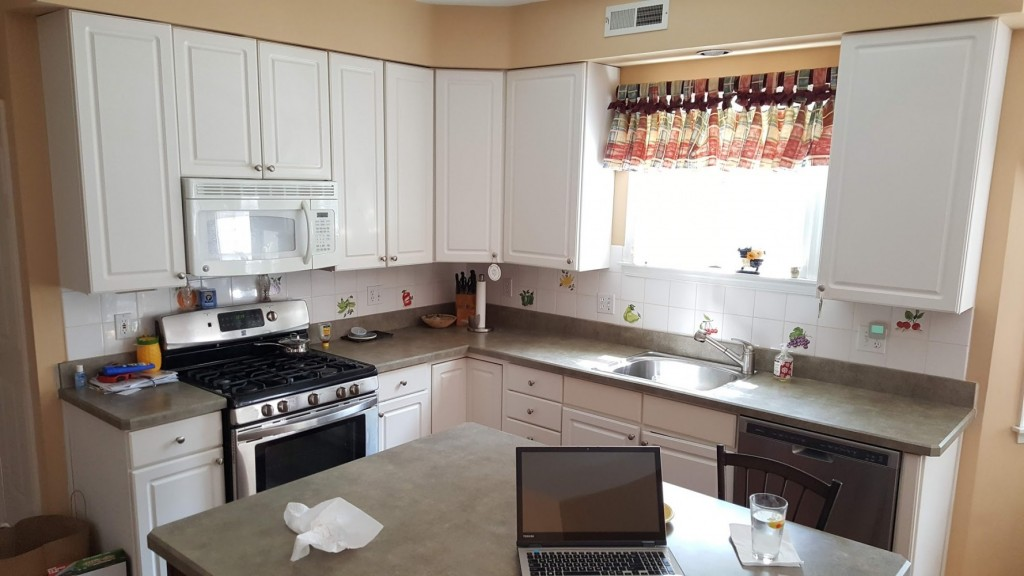 Kitchen before refacing with old counters