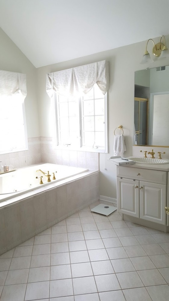 Master tub before in corner